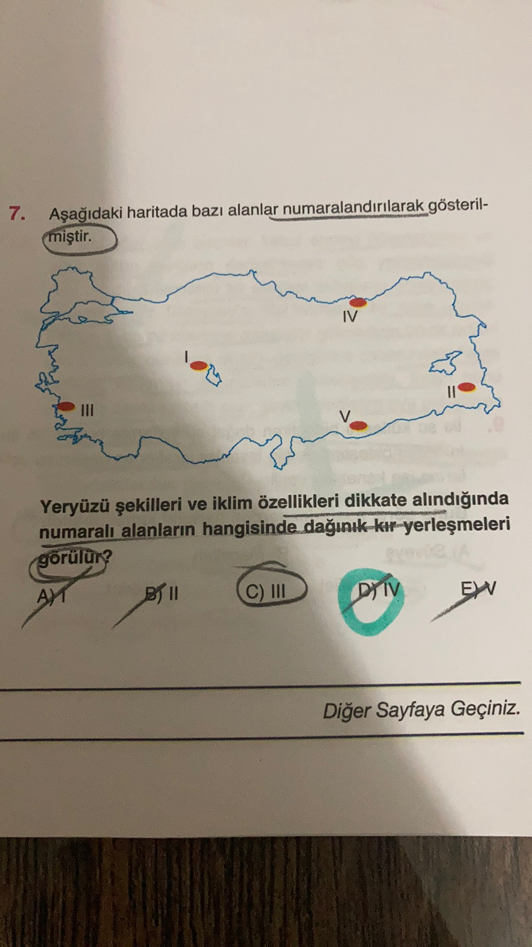 7. Aşağıdaki haritada bazı alanlar numaralandırılarak gösteril- (miştir. IV Yeryüzü şekilleri ve iklim özellikleri dikkate alındığında numaralı alanların hangisinde dağınık kır yerleşmeleri görülür? AY B11 C) III DY IV EW Diğer Sayfaya Geçiniz.
